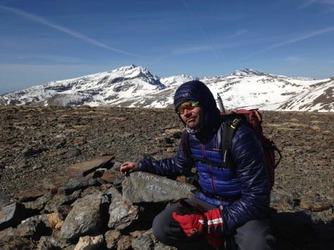 Puntal de Juntillas. 3.139 mts., Oliver con el fondo de los grandes de Sierra Nevada.