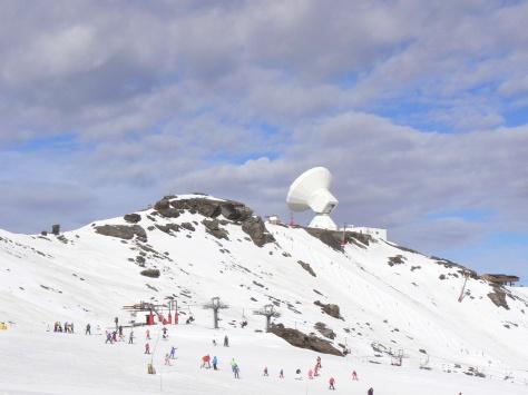 Estación Radioastronómica y pistas de esquí.