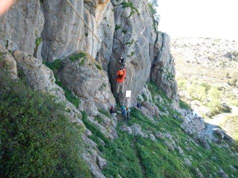 Paso por la tirolina en la ferrata de la Cueva de la Ventana.