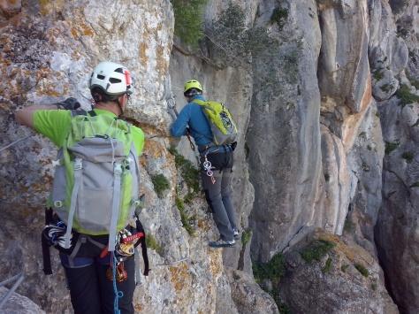 Paso horizontal en la ferrata de la Cueva de la Ventana.