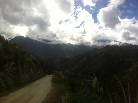 Pista que lleva hacia Cabollapampa, al fondo el Huascarán.
