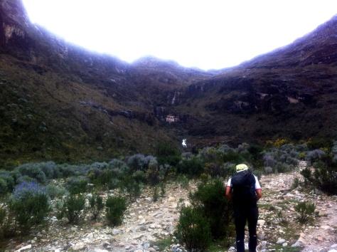 Mi guía Alberto camino de la primera cascada.