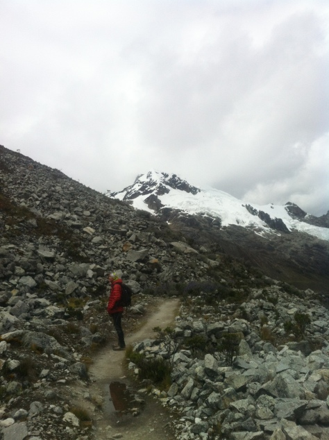 Descenso de la laguna, al fondo el Nevado Yanapacca (5.460 metros).