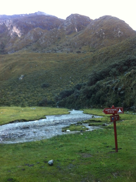 Cartel indicativo hacia el Campo Base del Pisco.
