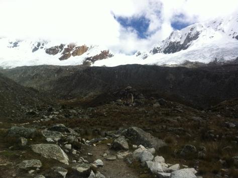 Llegando al campo base, a la izquierda los Huandoys, en el centro el collado y a la derecha el Nevado Pisco.