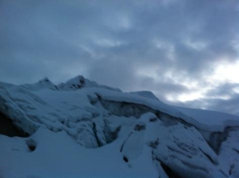 Glaciar y la cima al fondo, se ve sobre el glaciar la capa de nieve recién caída.