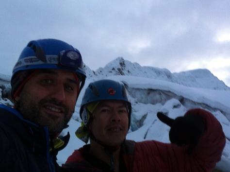 Mi guía Alberto y yo, al fondo la cima.