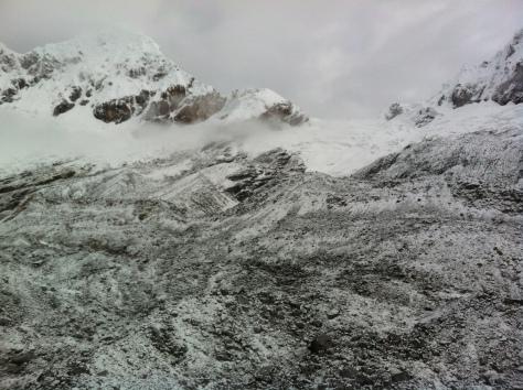 Morrena y arista, al fondo el collado y el glaciar.