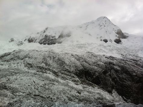 Morrena, glaciar y cima del Nevado.