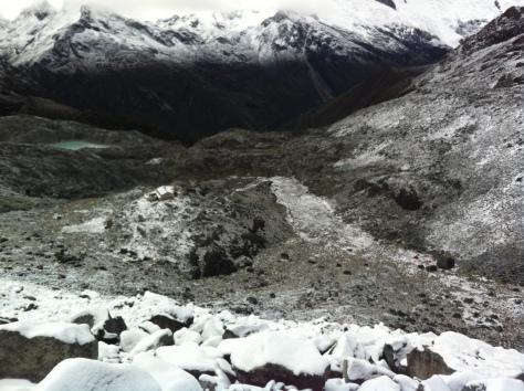 Campo Base Pisco, Refugio Perú y al fondo la quebrada de Llanganuco.