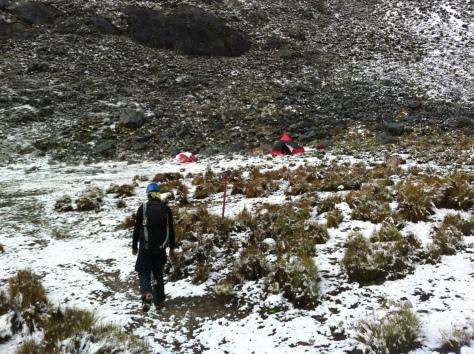 Llegando al campo base, todo nevado.