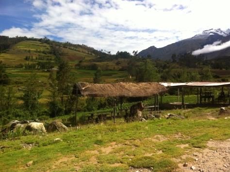 Praderas y aldeas en la bajada de la quebrada de Llanganuco, agua y vida.