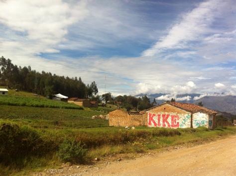 Más aldeas durante el descenso, prados, arboles y animales.