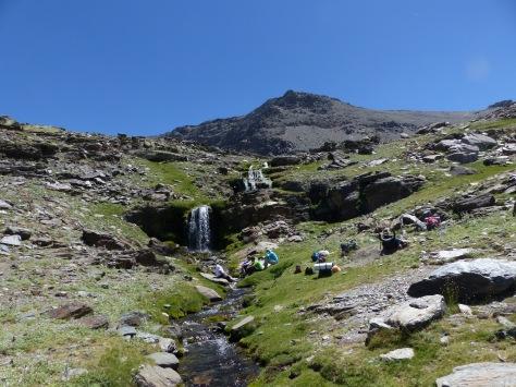 Descansando en los Lavaderos, con las cascadas de fondo.