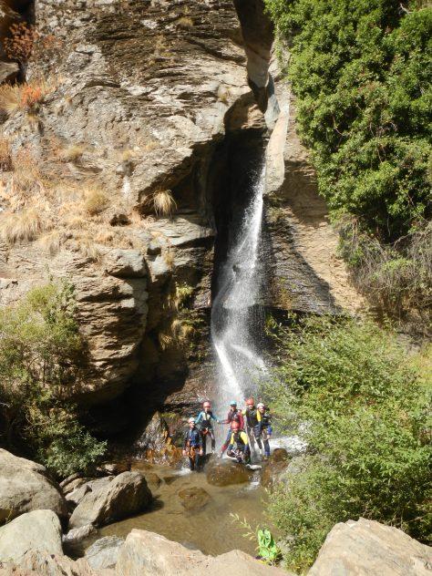 El grupo al final del barranco, con la cascada final al fondo.