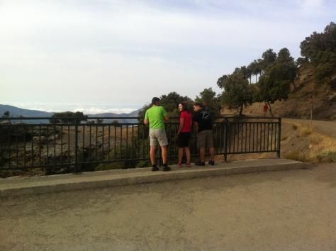 Mirando el barranco desde el puente.