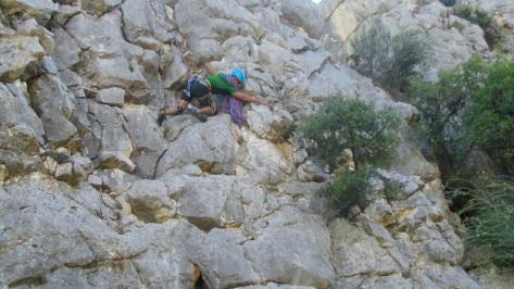 Antonio quitando una roca que estaba suelta, la seguridad siempre es importante.