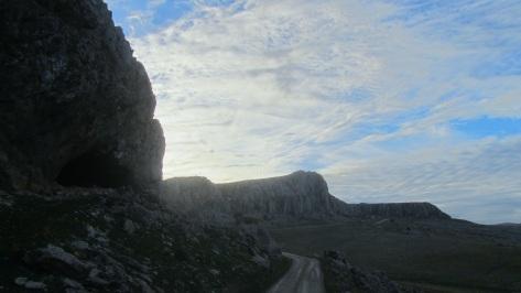 Nos adentramos en la Sierra Gorda de Loja, .... donde pasamos junto a la Cueva Horá ( horadada ) a nuestra izqda