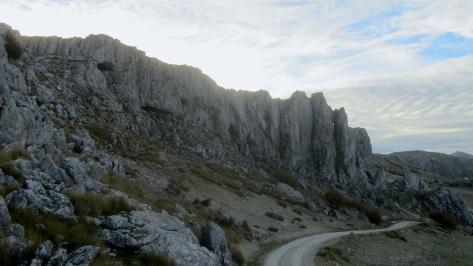 y llegamos junto a éste macizo a 1500 m de altitud que alberga las ferratas, ....