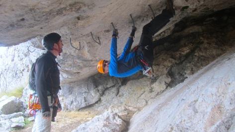 y el 4º tramo comienza en una cueva con una zona de boulder en techo, .... Ismael
