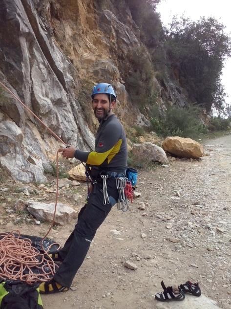 Antonio asegurando durante la escalada.