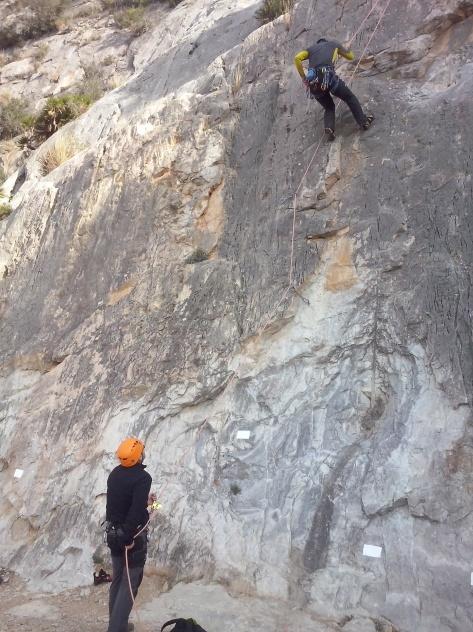 Ismael asegurando durante el descenso.