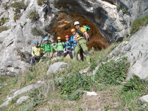 El grupo en una cueva de la zona alta de los Tajos.