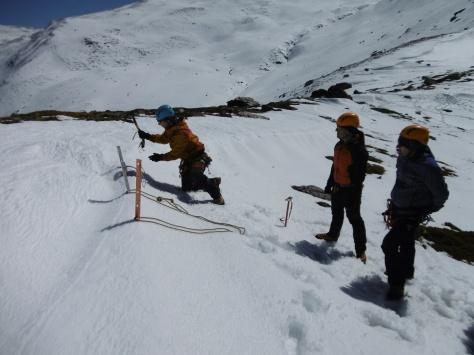 Antonio Villalba enseñando a montar una reunión sobre la nieve.
