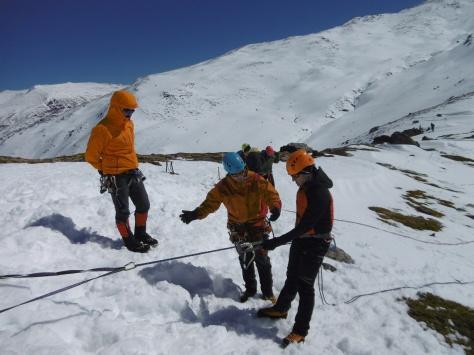 Prácticando el rapel en la nieve.
