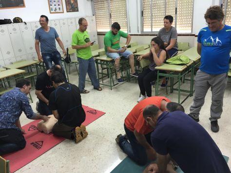 Socios durante las prácticas de RCP.