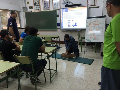 Pedro Reyes durante la enseñanza práctica de la maniobra RCP.