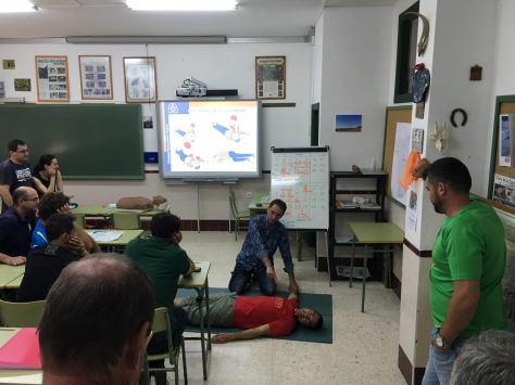 Antonio Villalba ayuda a Pedro en la práctica de la posición de seguridad.