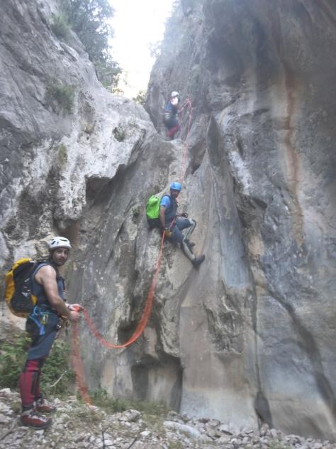 Participantes durante el descenso de los rapeles en la parte alta del Barranco.