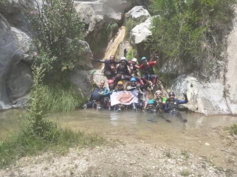 Foto del grupo con la bandera.
