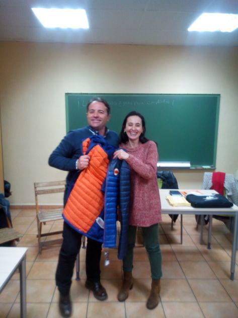 """Javier García, recibe el Premio """"Ochomiles con Encanto"""" de parte de nuestra vocal Lourdes Jabalera."""