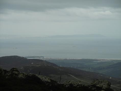 Tarifa en primer plano y la costa africana al fondo.